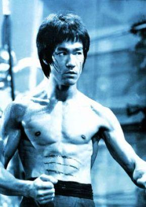 Laisser entrer un Bruce Lee sur un terrain de foot est un acte de sabotage du moral de l'équipe qui peut être sanctionné jusqu'à 150 ans de prison ferme.